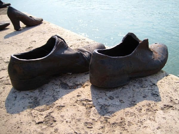 memorial to the victims budapest shoes